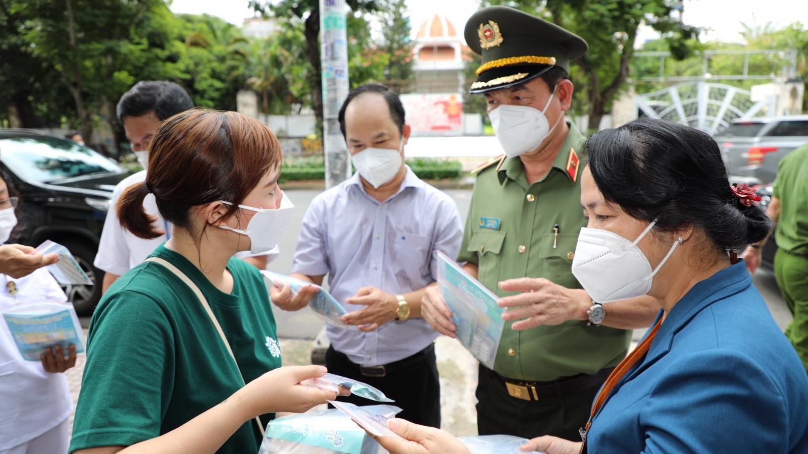 Lãnh đạo Công an TP.HCM kiểm tra đột xuất công tác chống dịch tại phường trọng điểm