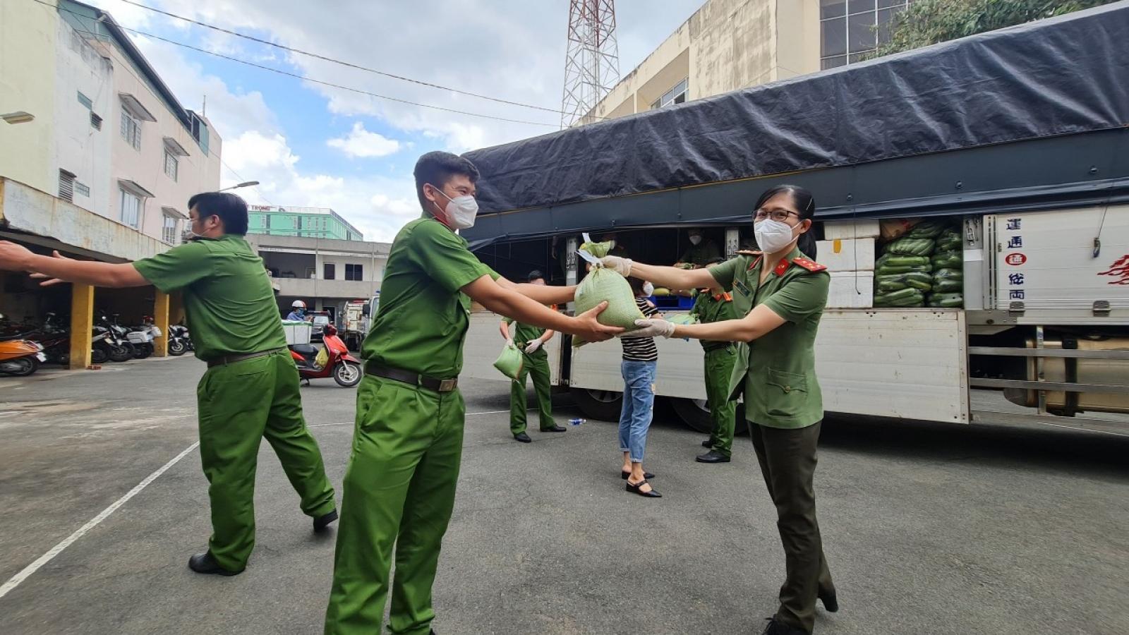 Công an Bình Phước tặng 10 tấn lương thực, thực phẩm hỗ trợ công an TP.HCM