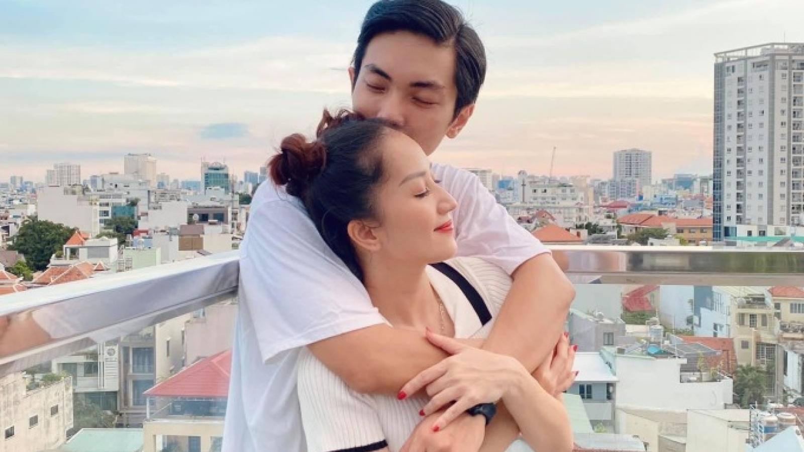 Chuyện showbiz: Phan Hiển ngọt ngào hôn bà xã Khánh Thi