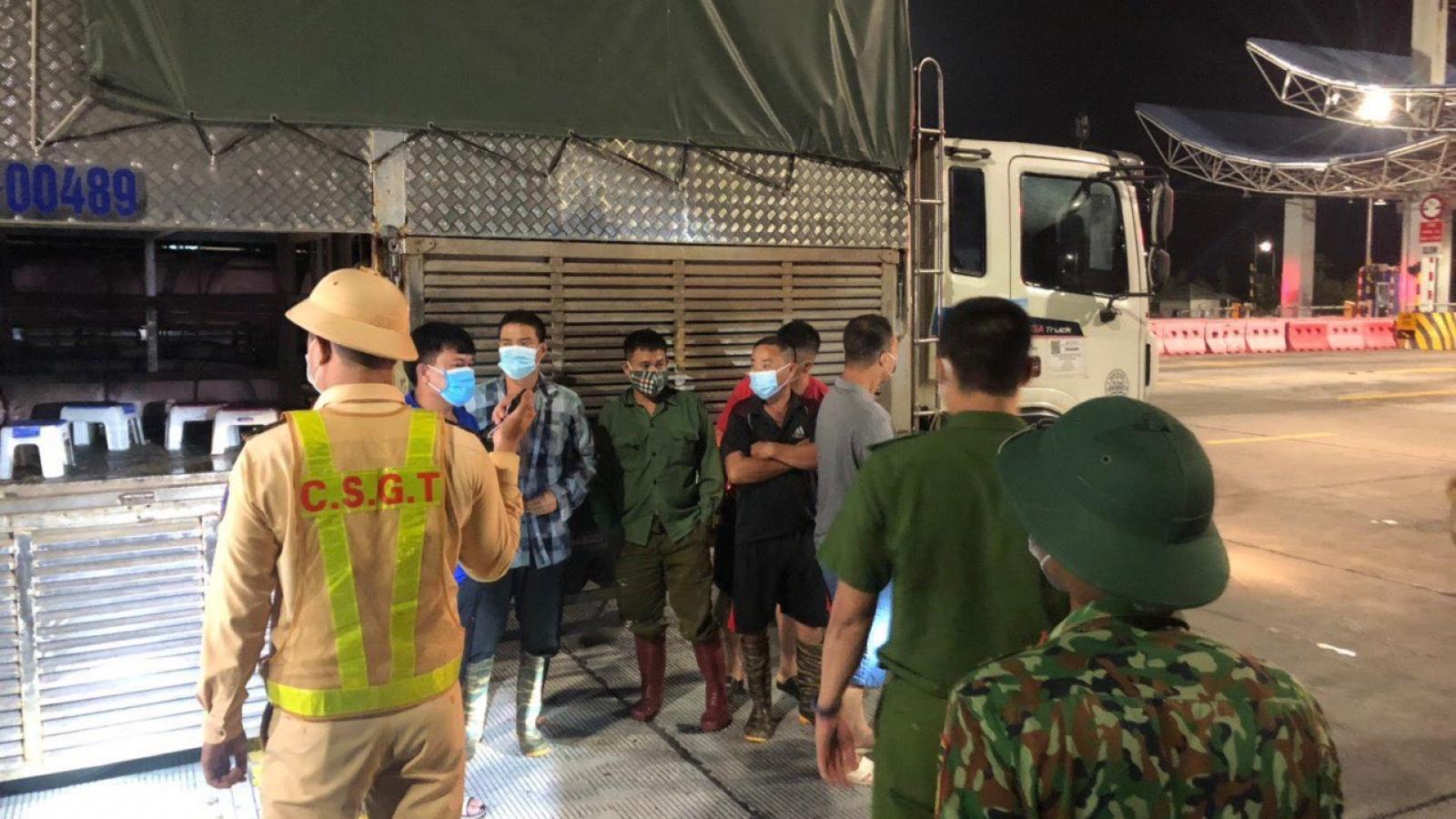 """Phát hiện 4 người trốn trong xe chở lợn để """"thông chốt"""" vào Quảng Ninh"""