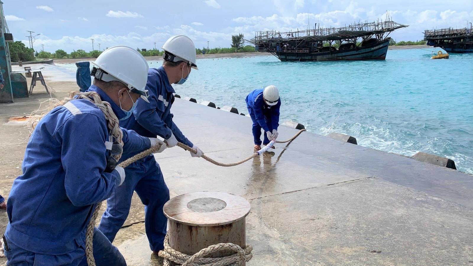 700 ngư dân vào âu tàu, làng chài huyện đảo Trường Sa tránh áp thấp nhiệt đới