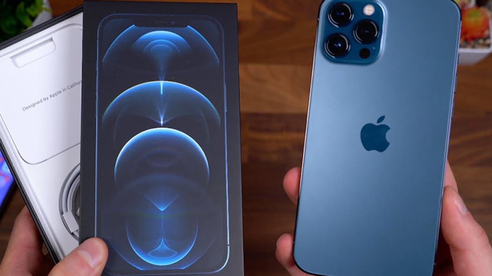 Sinh viên Trung Quốc kiện Apple vì không kèm bộ sạc cho iPhone