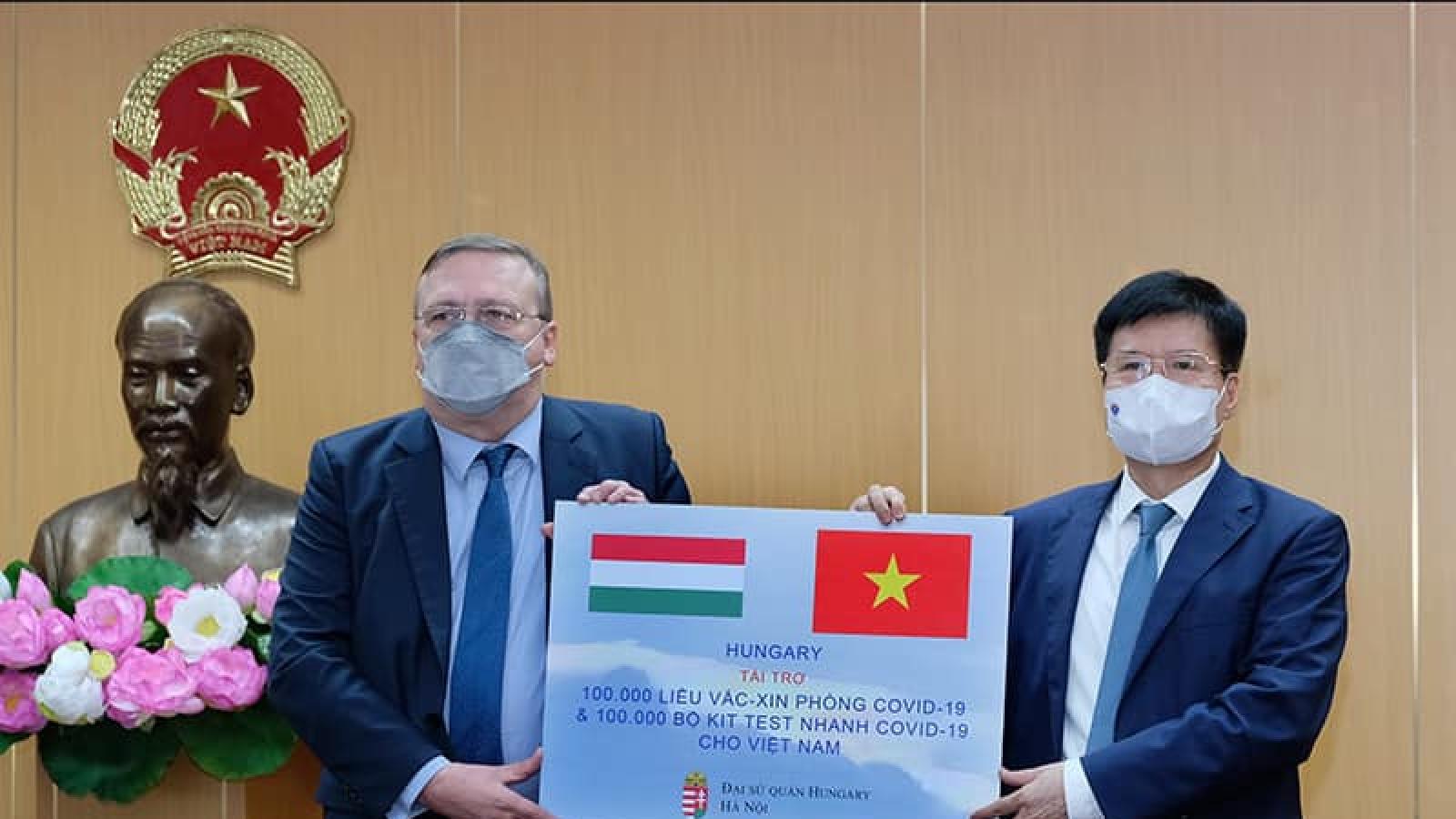 Việt Nam tiếp nhận thêm 100.000 liều vaccine AstraZeneca