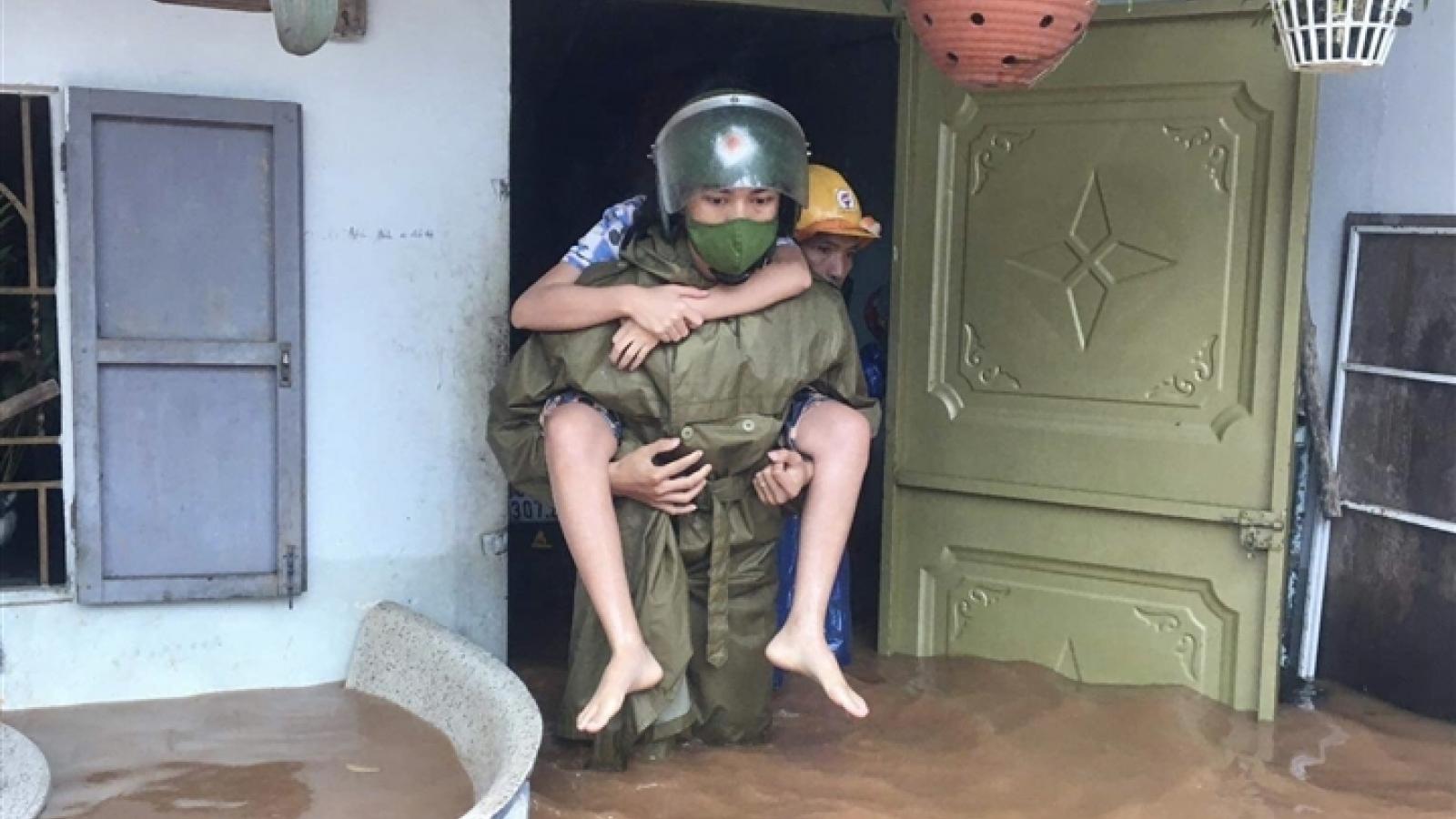 Công an dầm mưa, lội nước cõng dân đến nơi an toàn tại Gia Lai