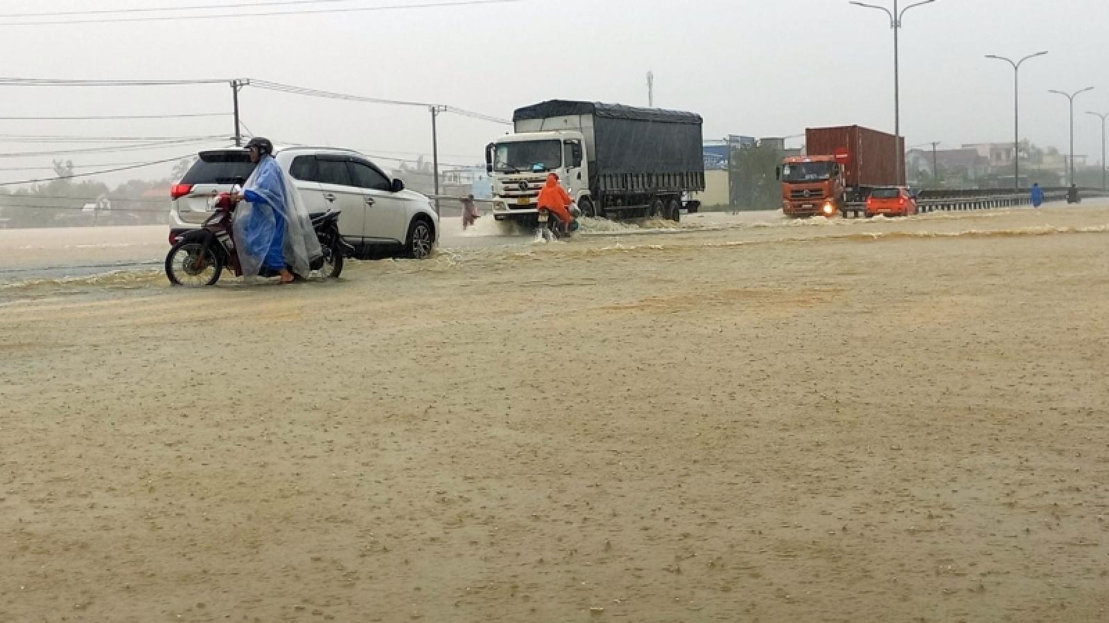 Mưa lớn ở Quảng Nam, nước tràn qua Quốc lộ 1A, việc đi lại khó khăn