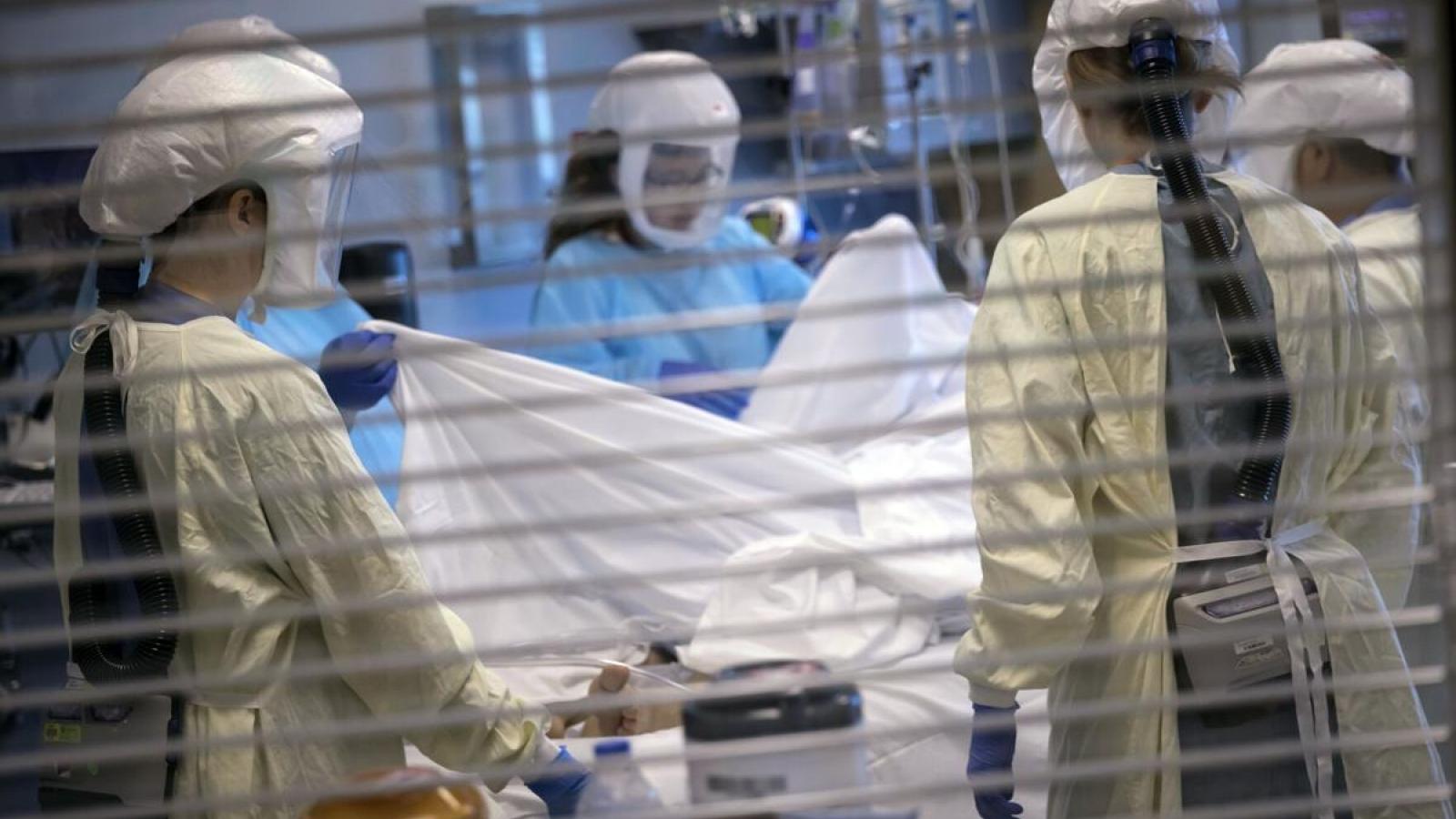 Giám đốc CDC cảnh báo người Mỹ không thể tự mãn khi số ca mắc mới Covid-19 giảm