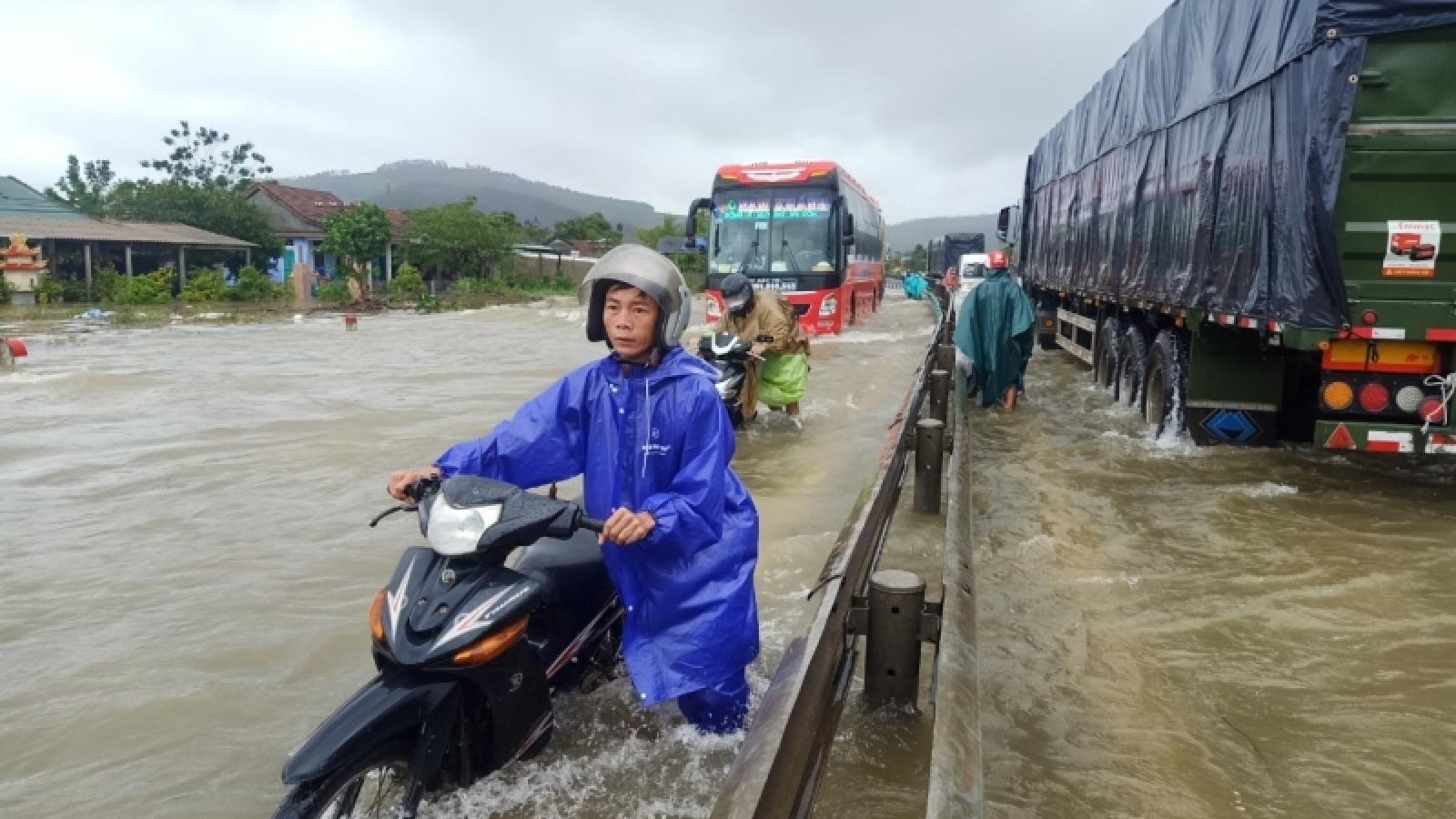 Nước các sông đang lên, Quốc lộ 1A đoạn qua Thừa Thiên Huế bị ngập sâu