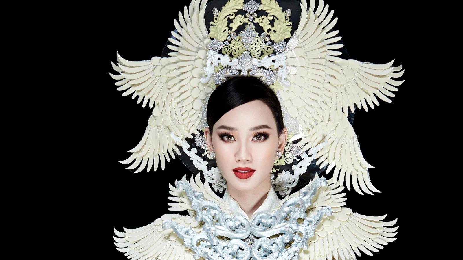 Ái Nhi trình diễn áo dài nặng 30kg tại Miss Intercontinental 2021