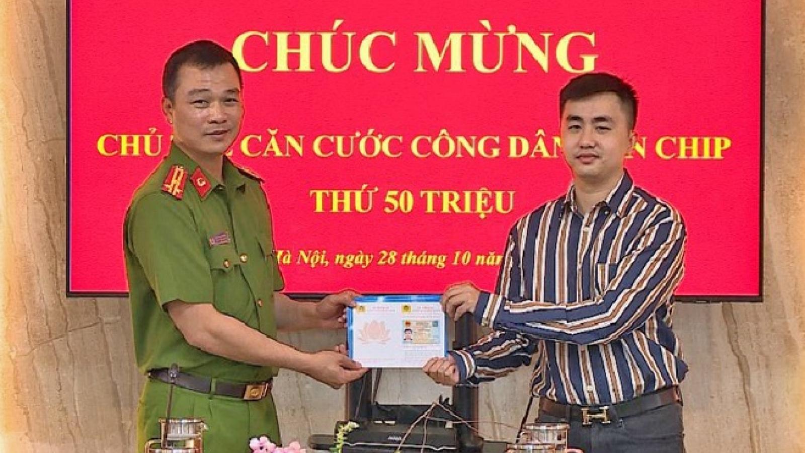 Trao thẻ căn cước gắn chip thứ 50 triệu cho công dân Hà Nội