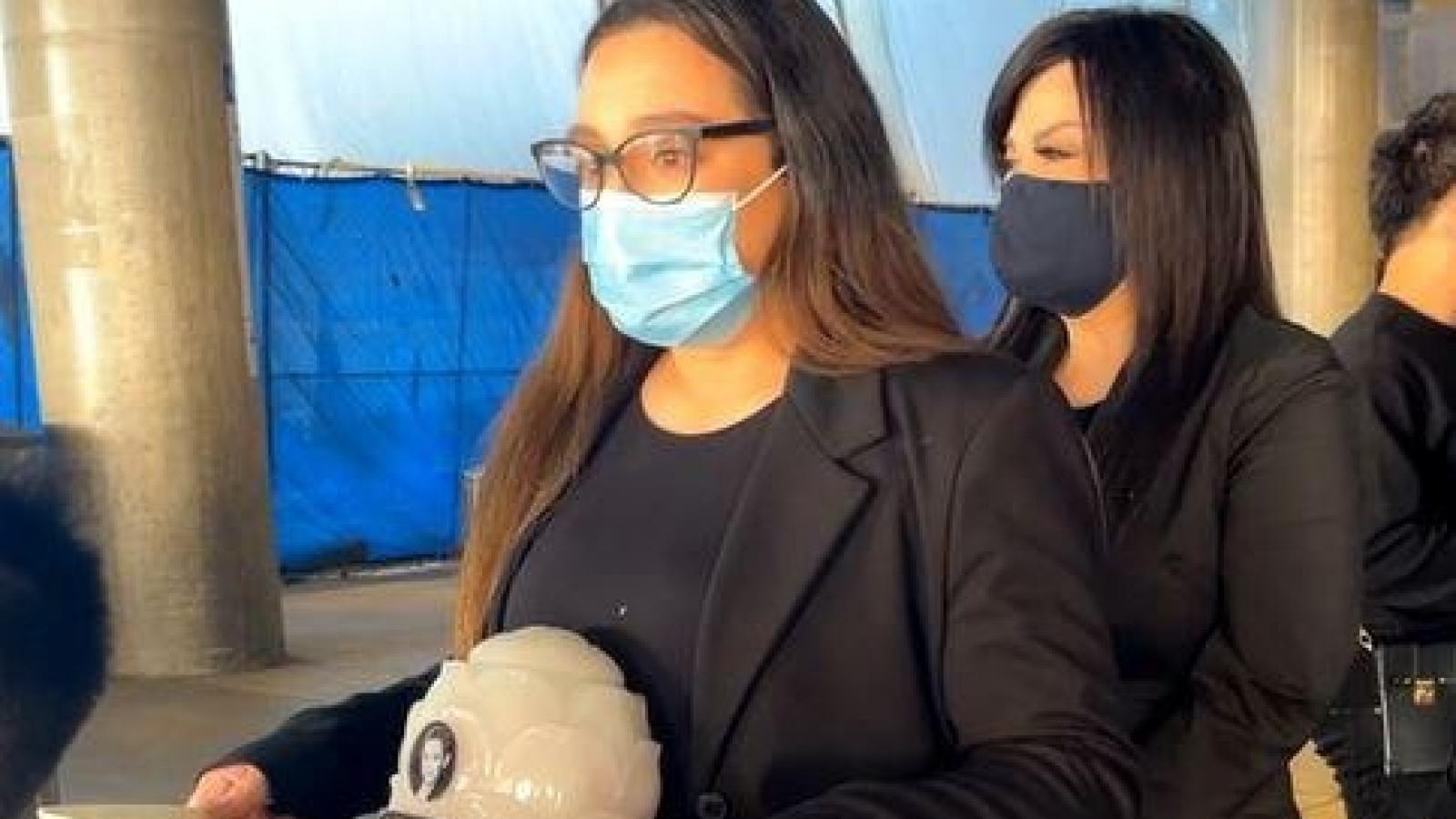 Chuyện showbiz: Con gái Phi Nhung nghẹn ngào nhận tro cốt mẹ tại sân bay Mỹ