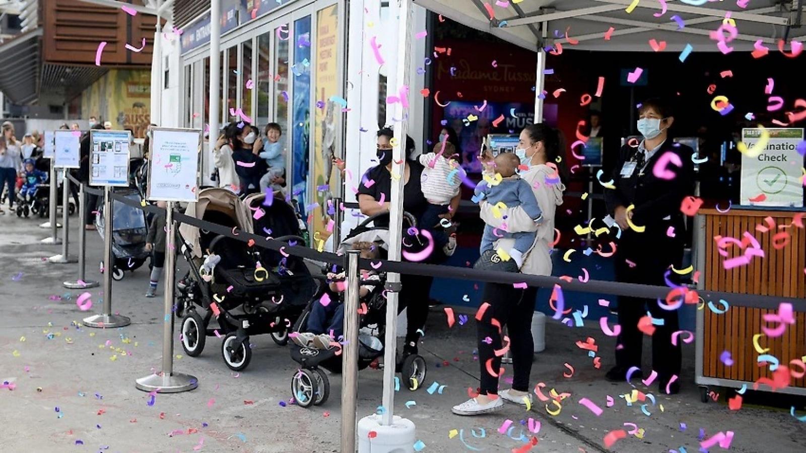 Đạt mốc tiêm chủng 80%, bang đông dân nhất Australia chuyển sang giai đoạn mở cửa mới