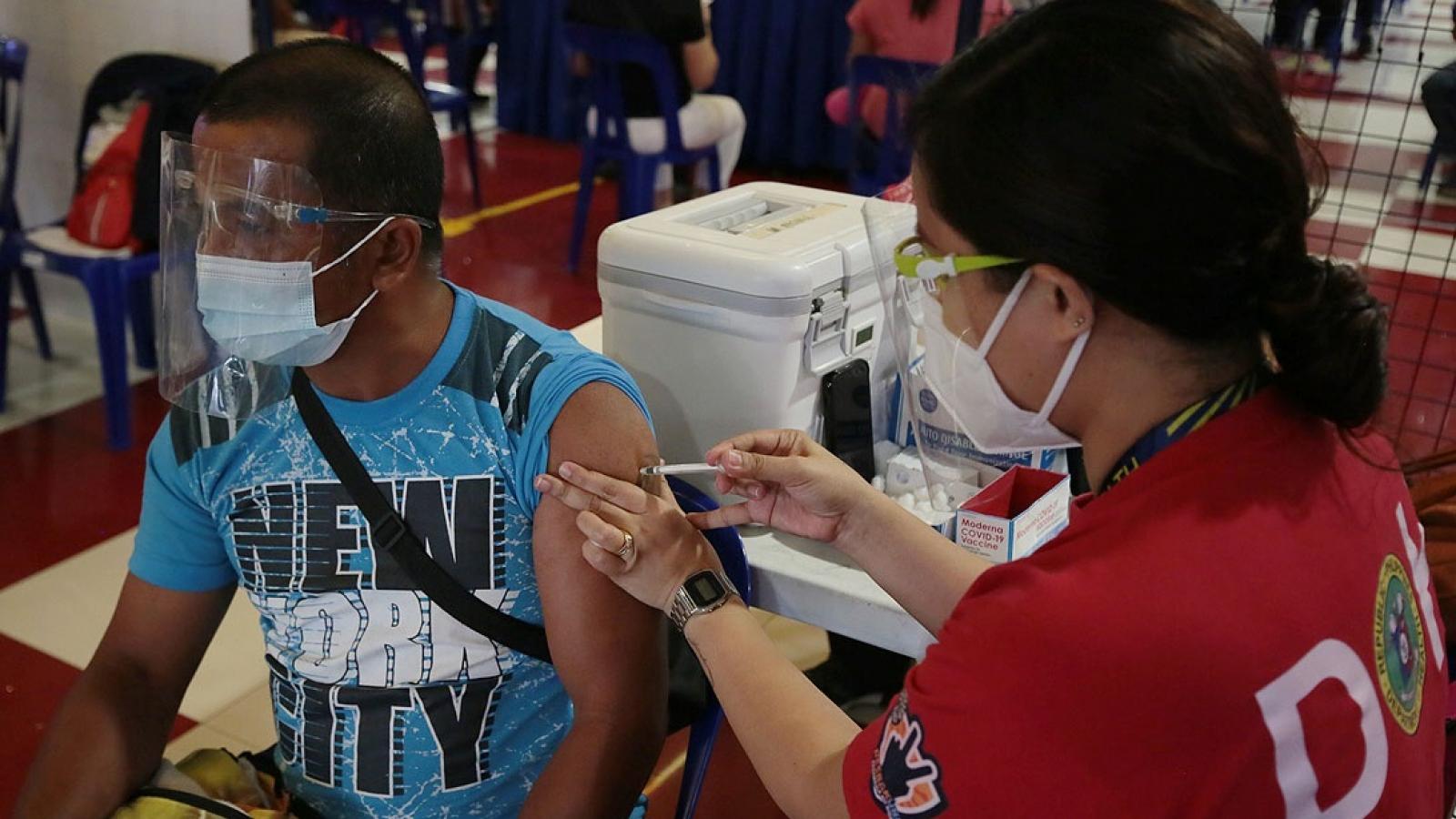 Philippines bắt đầu tiêm vaccine Covid-19 toàn dân, thí điểm tiêm chủng cho trẻ em
