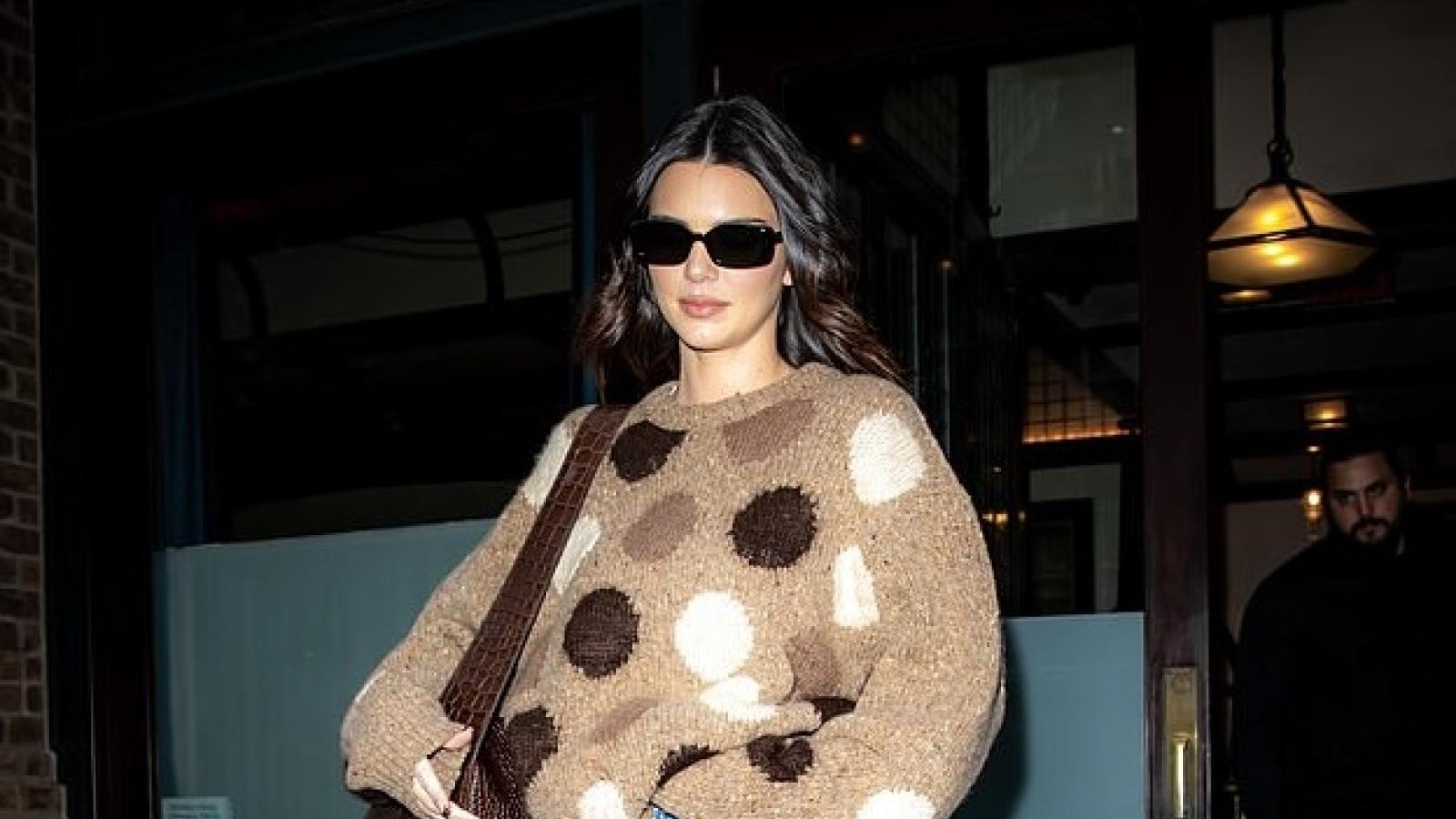 Kendall Jenner xinh đẹp đi mua sắm đồ Halloween ở New York