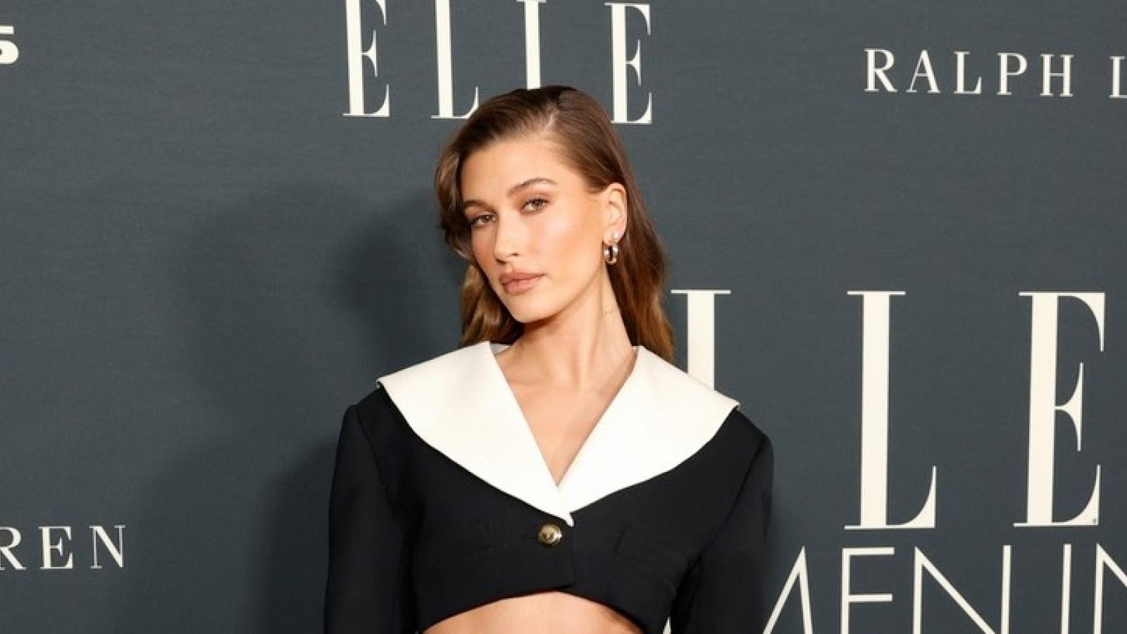 Bà xã Justin Bieber diện đầm cut-out gợi cảm dự sự kiện thời trang