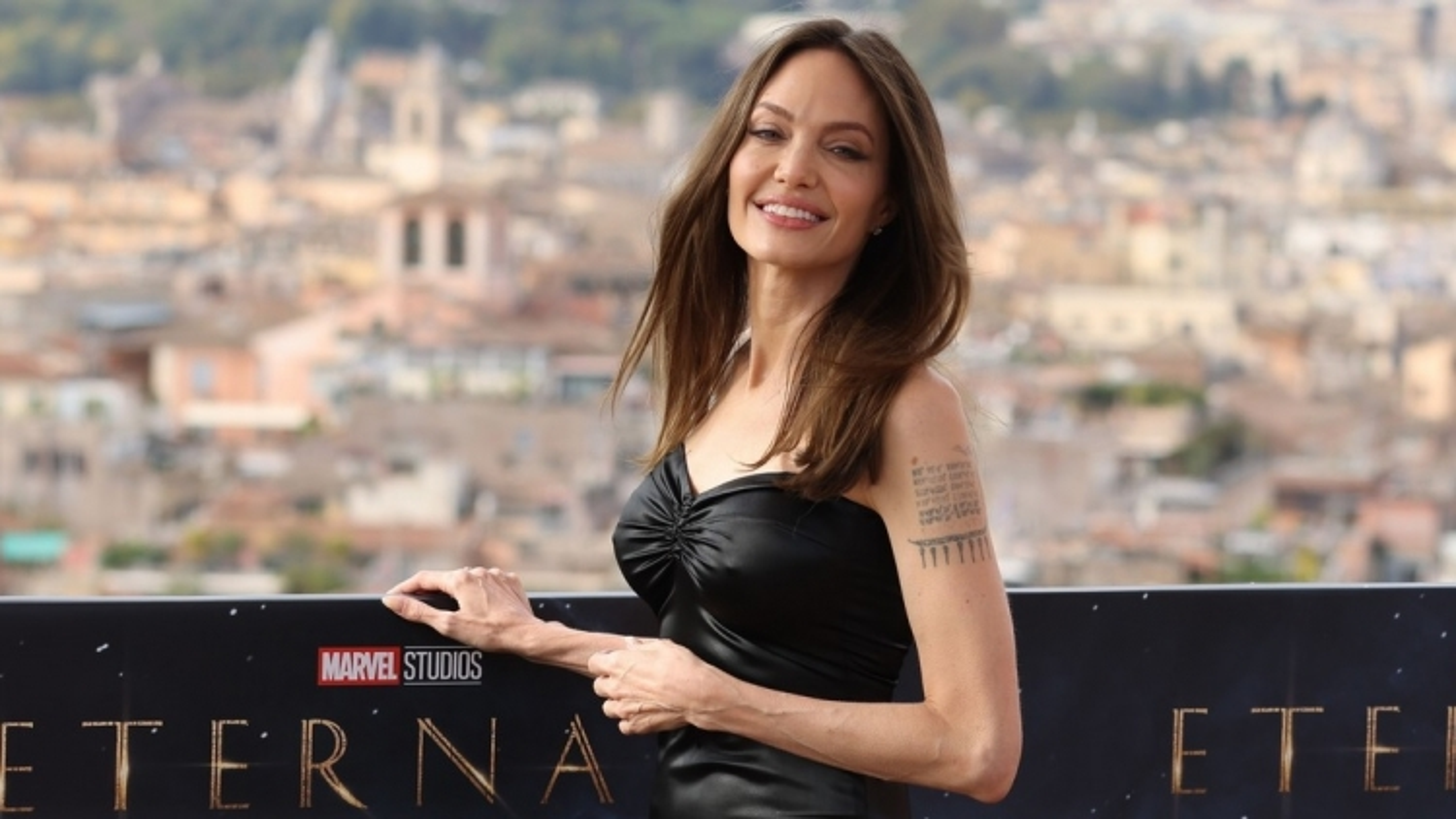 "Angelina Jolie diện đầm quây khoe vai trần quyến rũ trong buổi ra mắt phim ""Eternals"""