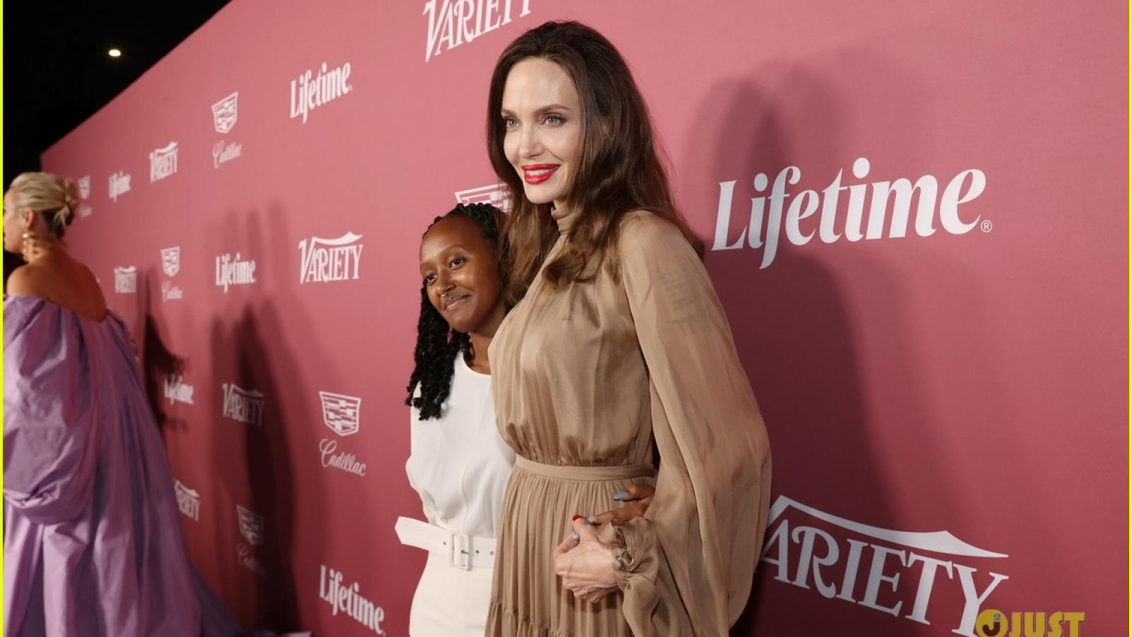 Angelina Jolie tái xuất xinh đẹp bên con gái giữa nghi vấn hẹn hò The Weeknd