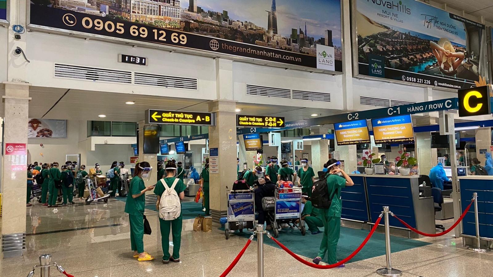 Năm chuyến baychở gần 1.000 y bác sĩ, sinh viên y tế hỗ trợ TPHCM về Hà Nội