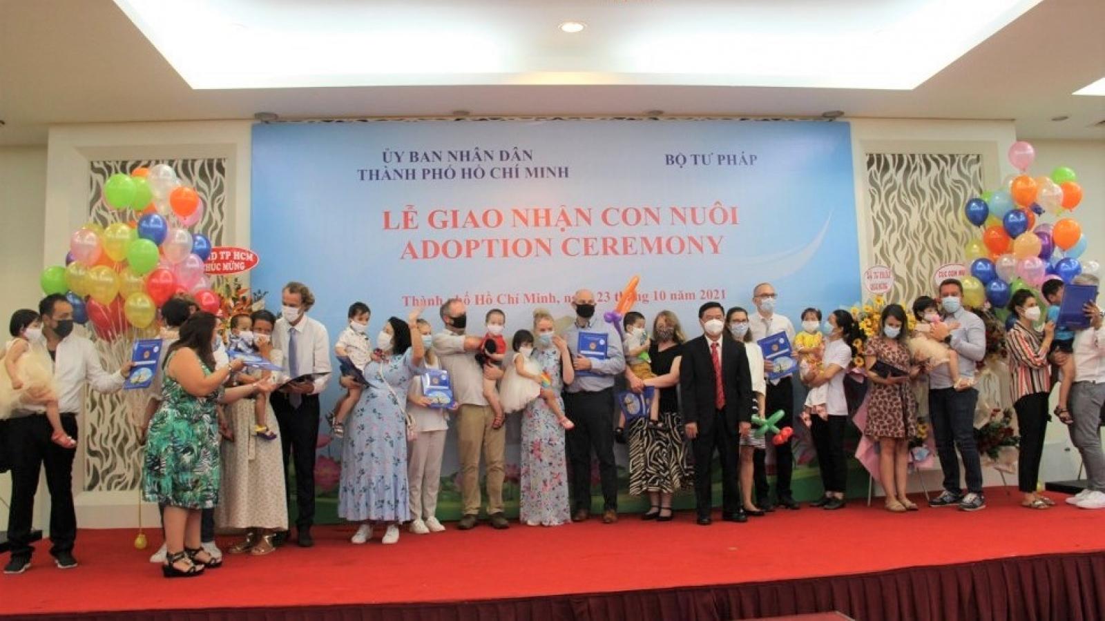 91 gia đình từ 8 nước châu Âu tới TP.HCM làm thủ tục giao nhận con nuôi