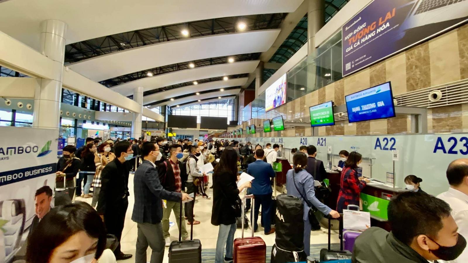 Các sân bay lớn dần đông đúc trở lại, khách xếp hàng dài làm thủ tục