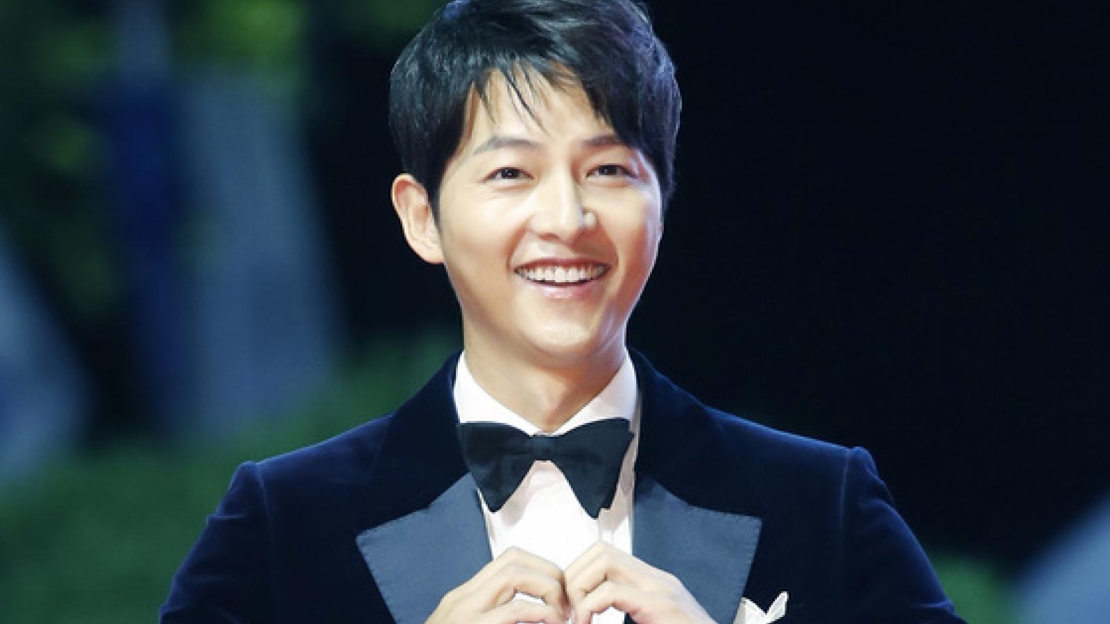 """Song Joong Ki, Jeon Yeo Bin và dàn sao Hàn """"đổ bộ"""" thảm đỏ LHP Busan 2021"""