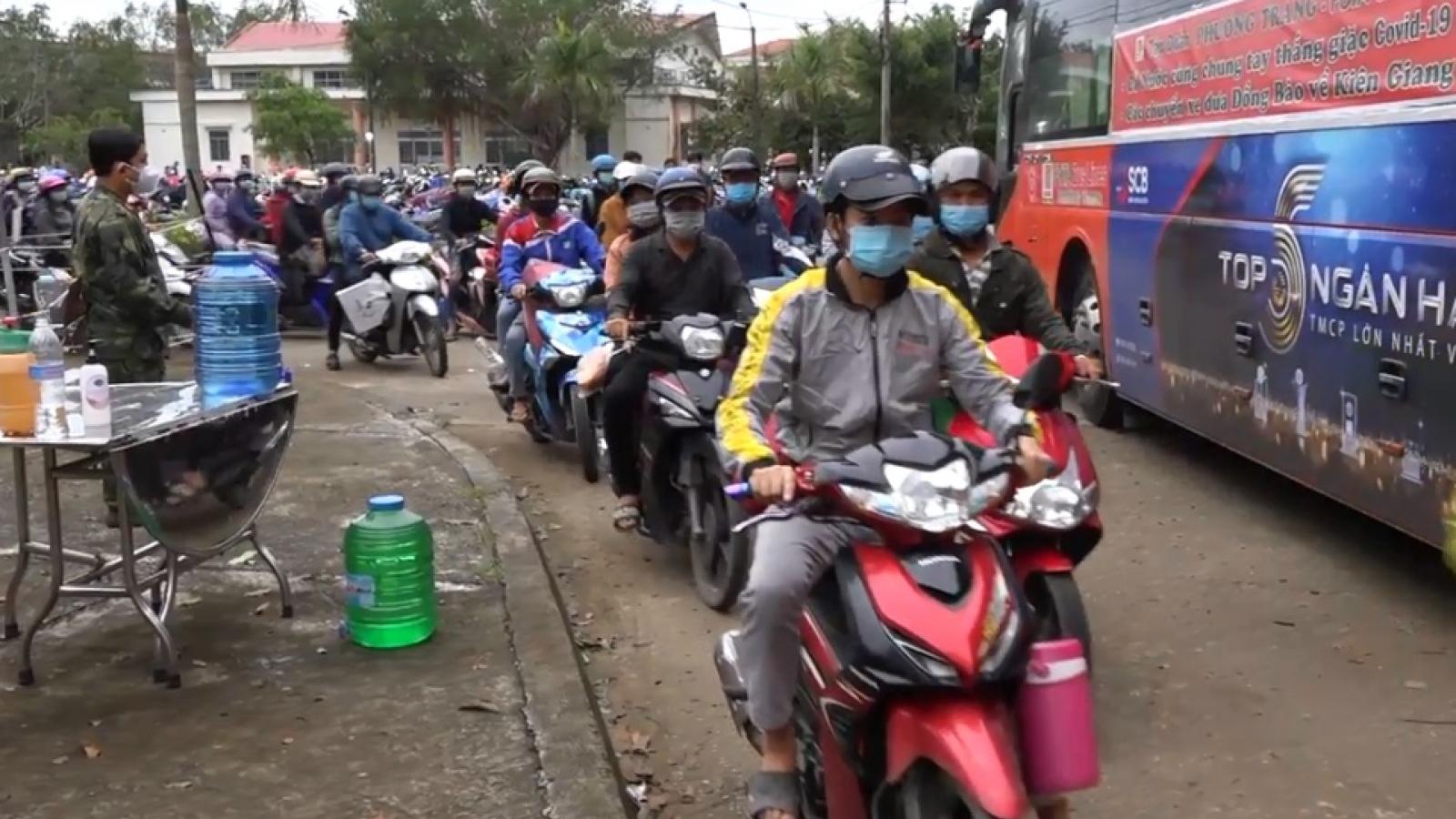 Công an Kiên Giang dẫn đường đưa gần 400 công dân về quê