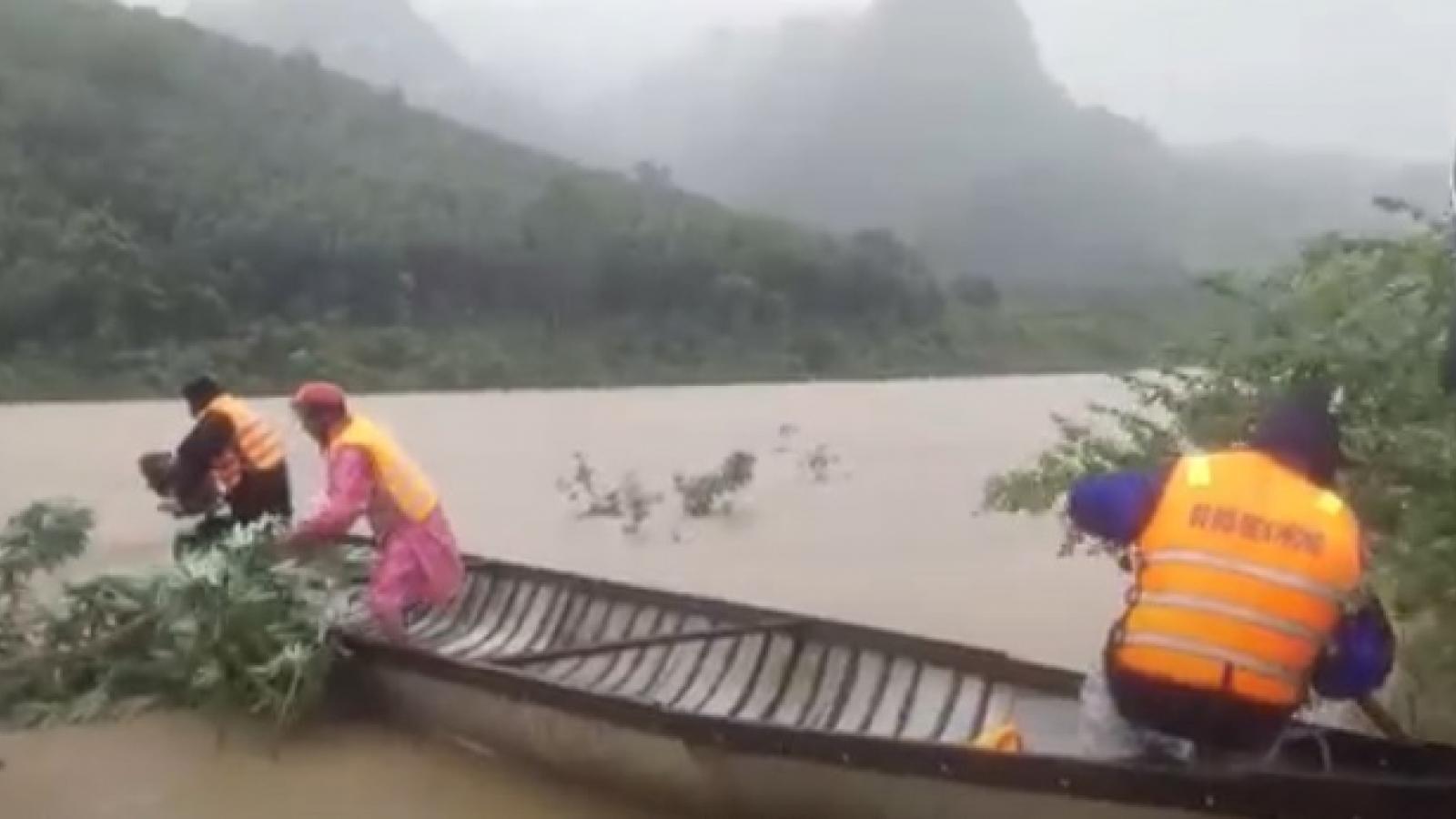 Bộ đội Biên phòng Quảng Bình vượt lũ giúp nhân dân biên giới di dời người và tài sản
