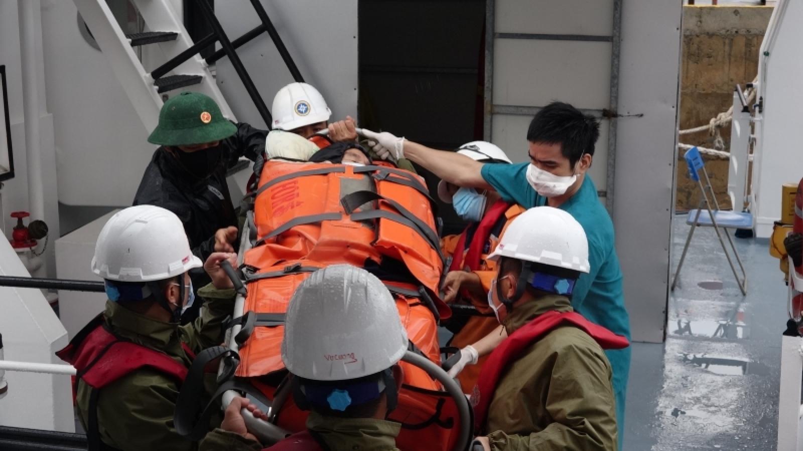 Cứu nạn bệnh nhân nguy cấp trên đảo Cù Lao Chàm bị cô lập do bão số 7