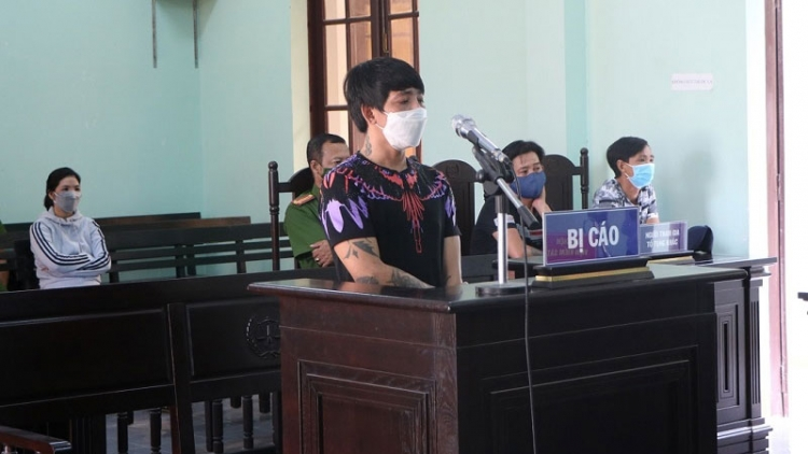 Lĩnh án 18 tháng tù vì say rượu, tấn công người thi hành công vụ