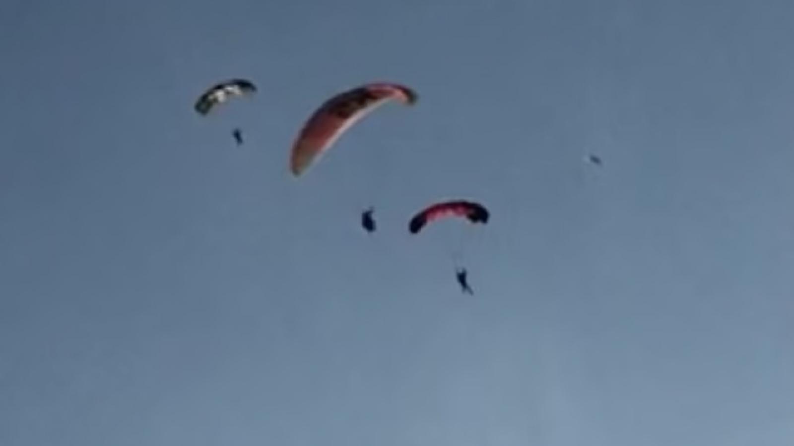 Kinh hãi khoảnh khắc người chơi dù lượn bị vướng vào nhau trên không và rơi xuống biển