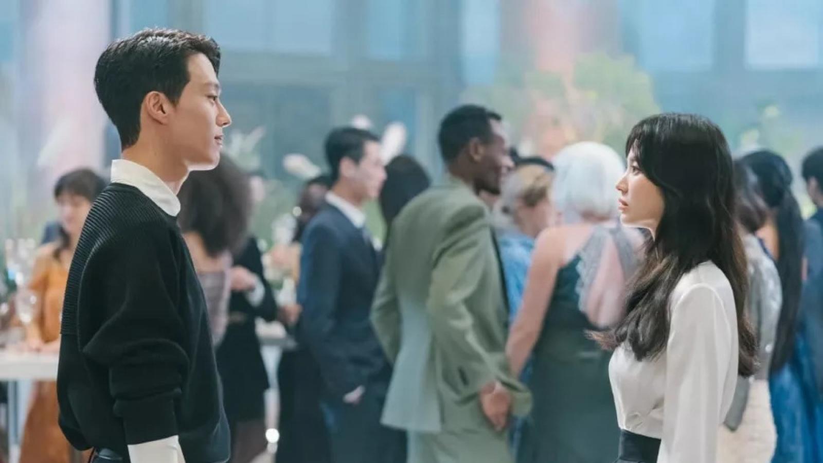 """Song Hye Kyo nhìn """"tình trẻ"""" Jang Ki Yong say đắm trong phim mới"""