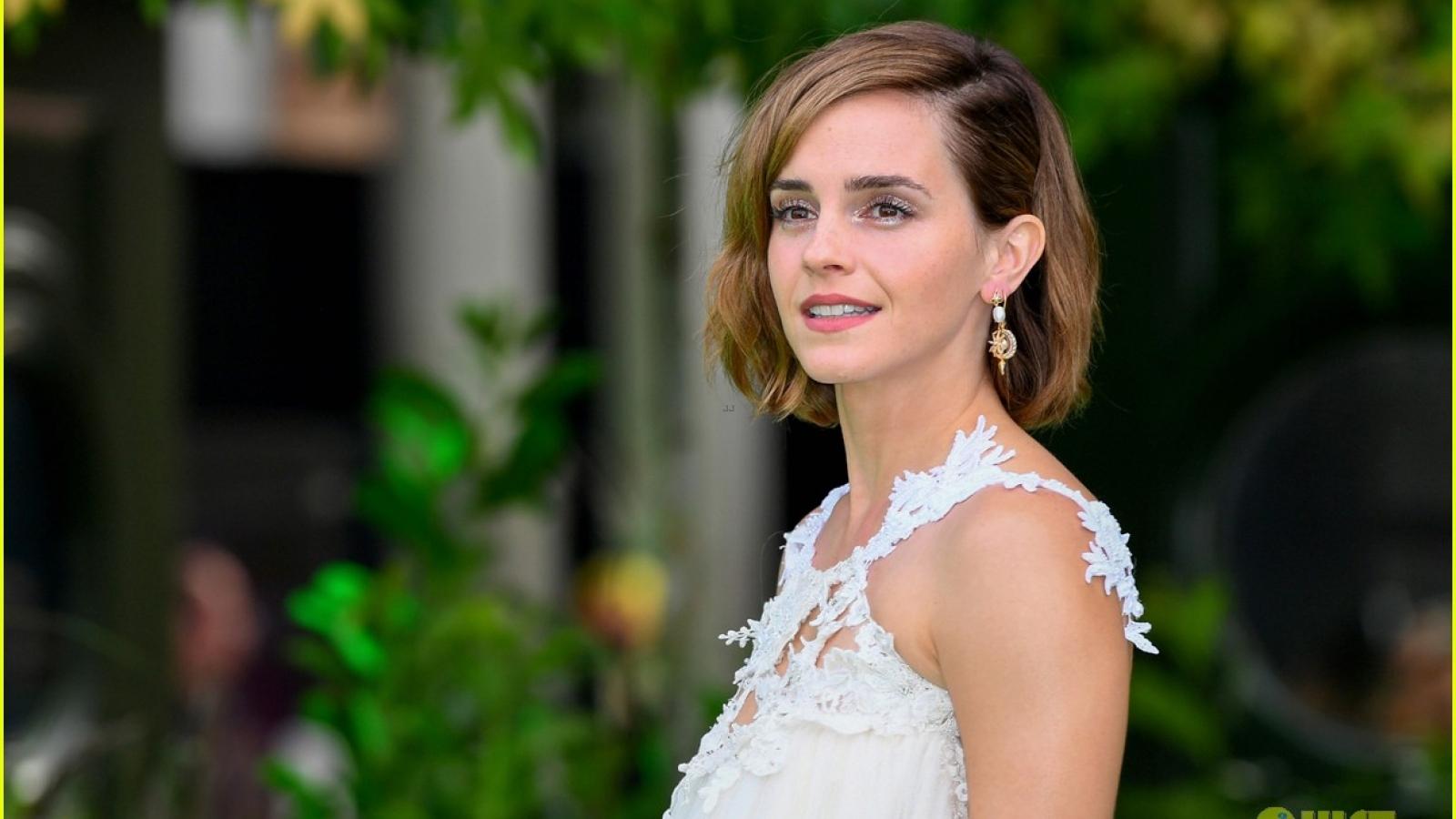Emma Watson phối đồ sang chảnh, khoe lưng trần quyến rũ trên thảm xanh sự kiện