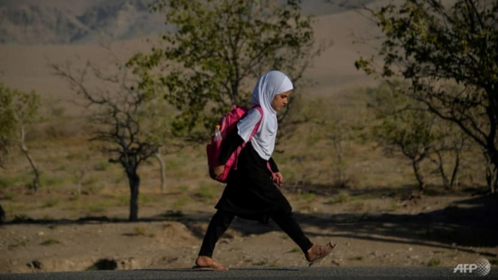 """""""Vì sao em không được đi học?"""": Giấc mơ nữ sinh Afghanistan bị chôn vùi dưới thời Taliban"""