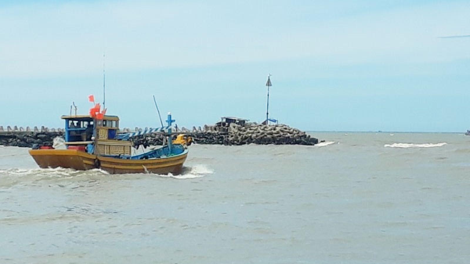 Luồng lạch chưa thông, tàu thuyền khó cập cảng cá Phan Rí Cửa