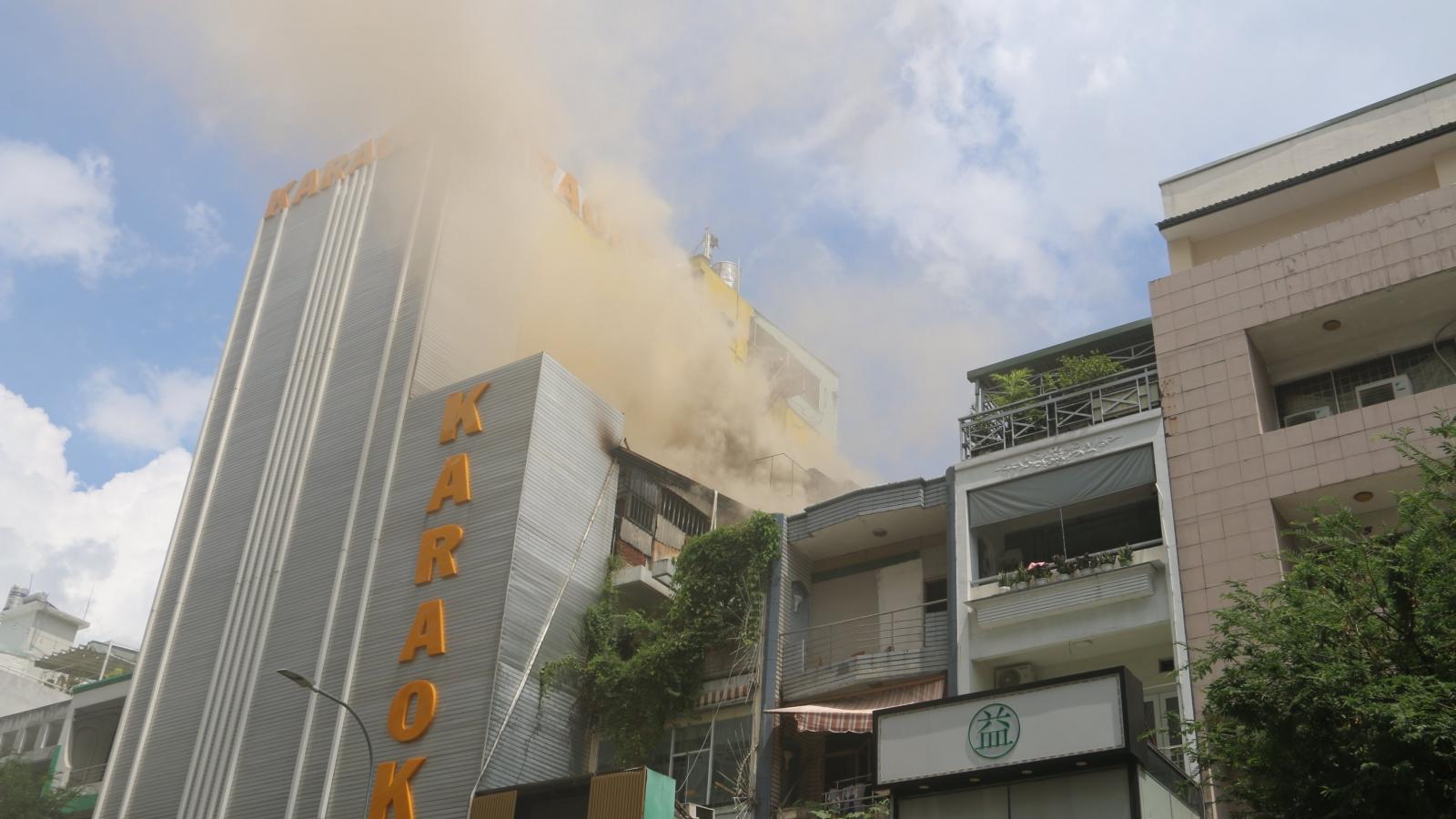 Quán karaoke trên đường Sư Vạn Hạnh ở TP.HCM bốc cháy ngùn ngụt
