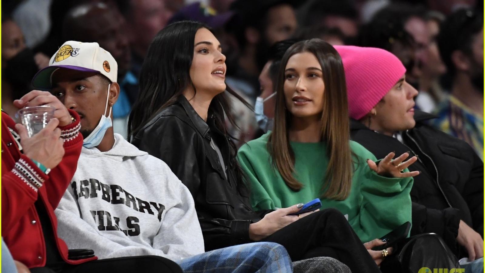 Vợ chồng Justin Bieber tình tứ đến cổ vũ bạn trai của Kendall Jenner thi đấu bóng rổ