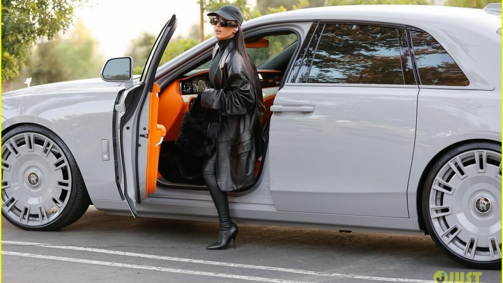 """Kim Kardashian diện bodysuit """"cực ngầu"""" ra phố sau tin đồn tái hợp chồng cũ"""