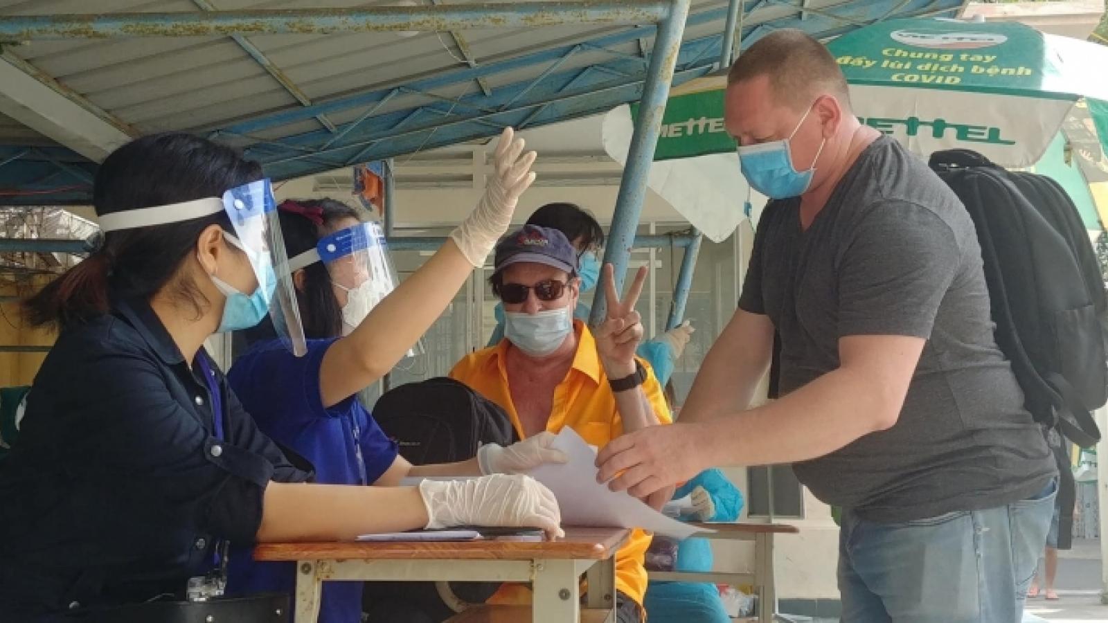 Khánh Hòa tiêm vaccine phòng Covid-19 cho tất cả người nước ngoài trên 18 tuổi