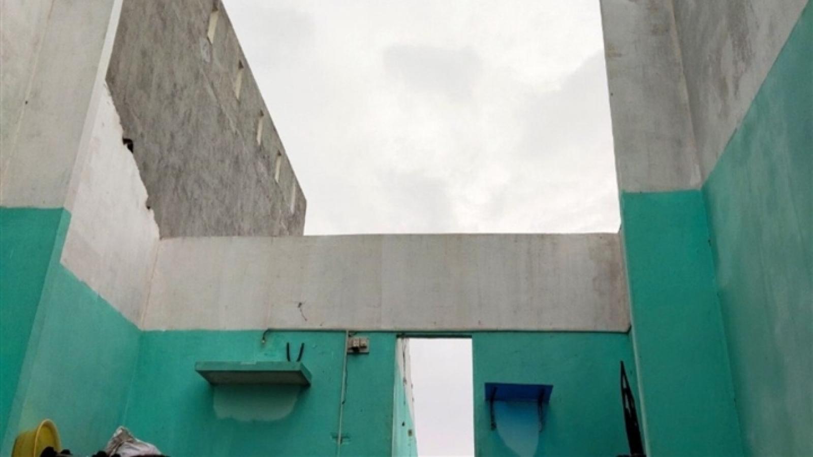 Quảng Ngãi: Lốc xoáy cuốn phăng mái nhà, dân tháo chạy trong đêm