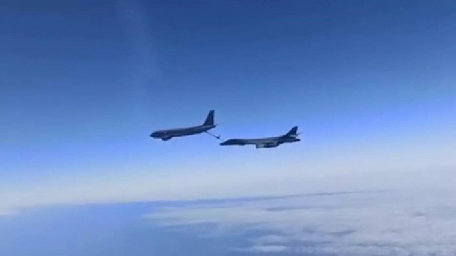 Tiêm kích Su-30 của Nga xuất kích chặn máy bay ném bom B-1B Mỹ trên Biển Đen