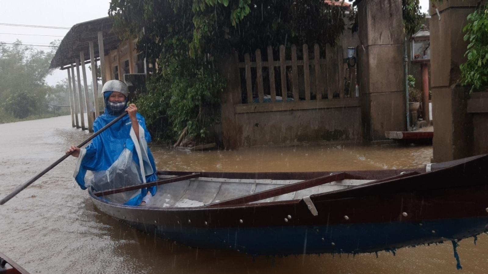 Mưa lớn gây ngập một số nơi ở Thừa Thiên - Huế, dân dùng thuyền đi lại trên đường