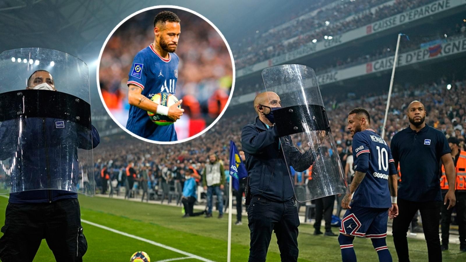Lực lượng an ninh vất vả bảo vệ Neymar, Messi trước CĐV quá khích