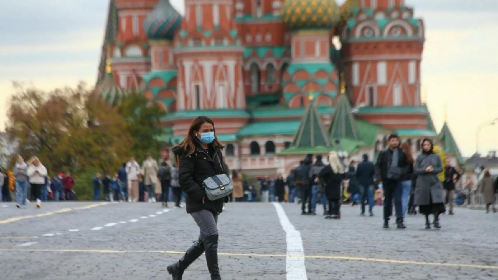 Người dân Nga trước lựa chọn tiêm vaccine haychịu đựng các hạn chếdo Covid-19?