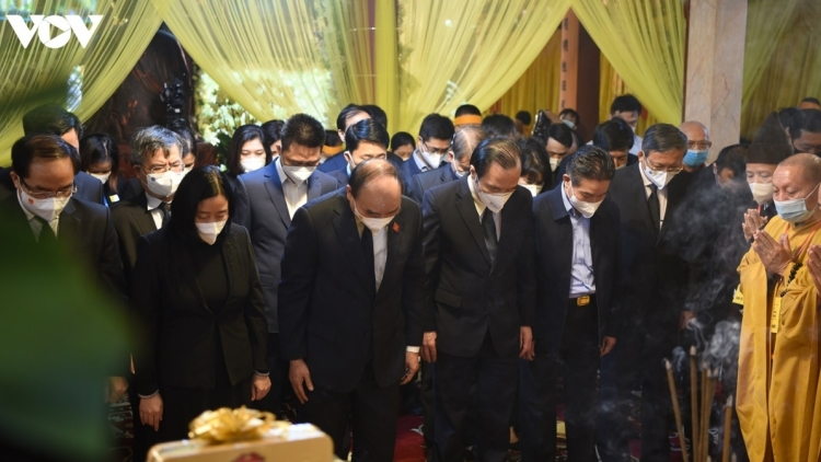 High-ranking officials pay tribute to top Buddhist leader