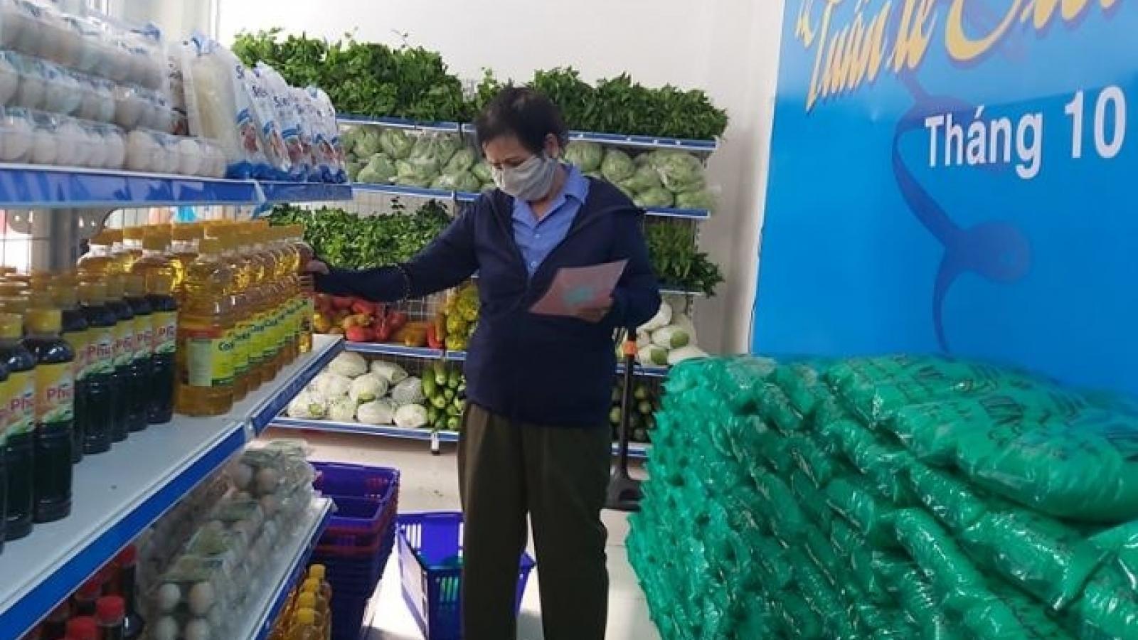 """Tuần lễ """"Siêu thị 0 đồng"""" tặng quà cho người nghèo và phụ nữ khó khăn ở Đà Nẵng"""