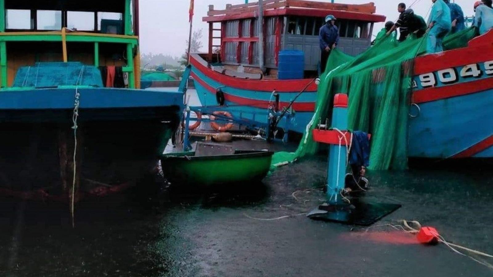 Sóng đánh chìm 2 tàu cá đang neo đậu ở Quảng Nam