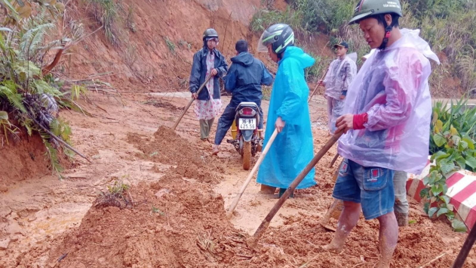 Nhiều khu dân cư miền núi Quảng Nam, Quảng Ngãi bị cô lập do sạt lở núi