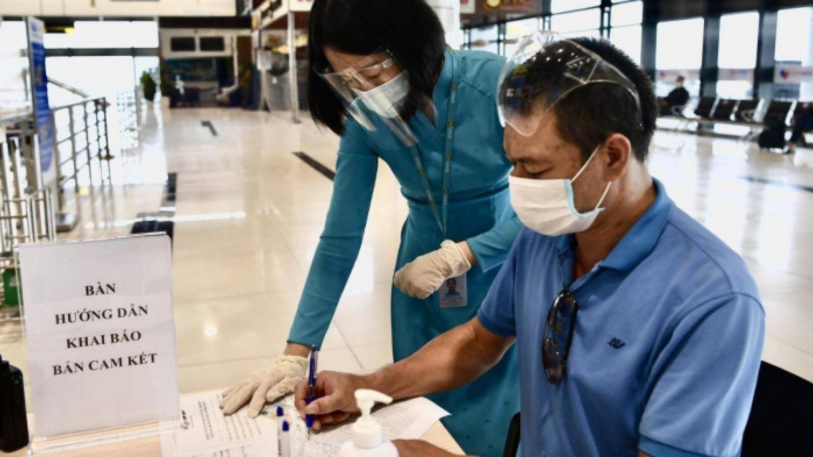 Khách đi máy bay vẫn phải khai báo theo mẫu giấy tại sân bay, thủ tục rút gọn hơn
