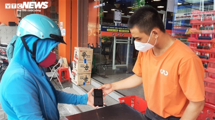 """HCM City residents use """"COVID-19 green cards"""" to go shopping"""