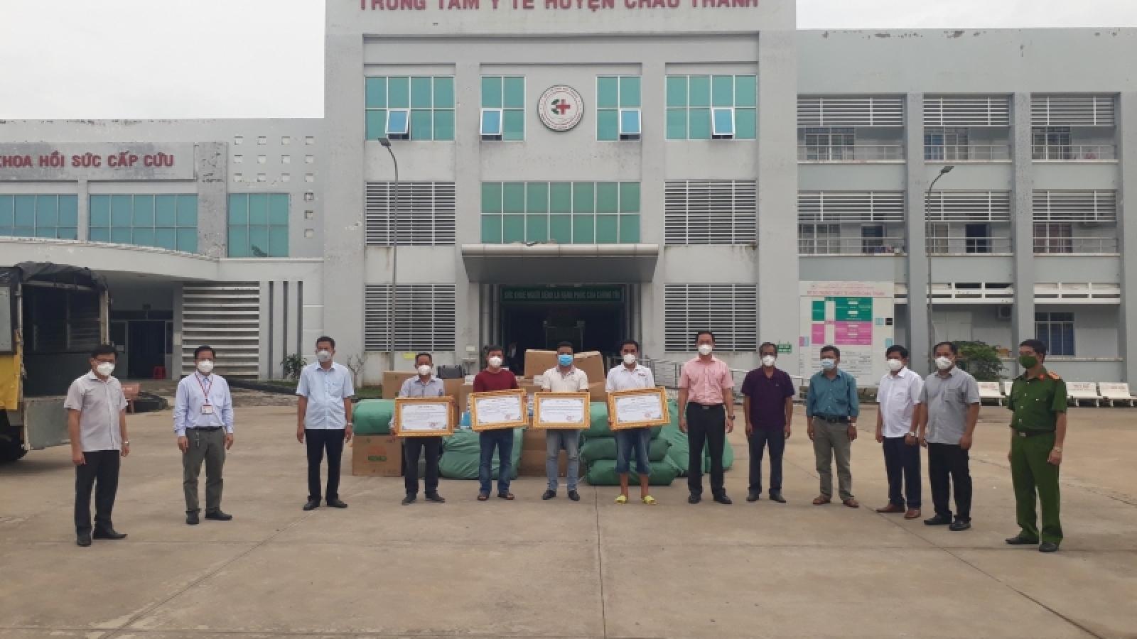 Nghệ sĩ Quyền Linh và nhóm thiện nguyện tặng vật tư y tế, lương thực trị giá 1,2 tỷ đồng
