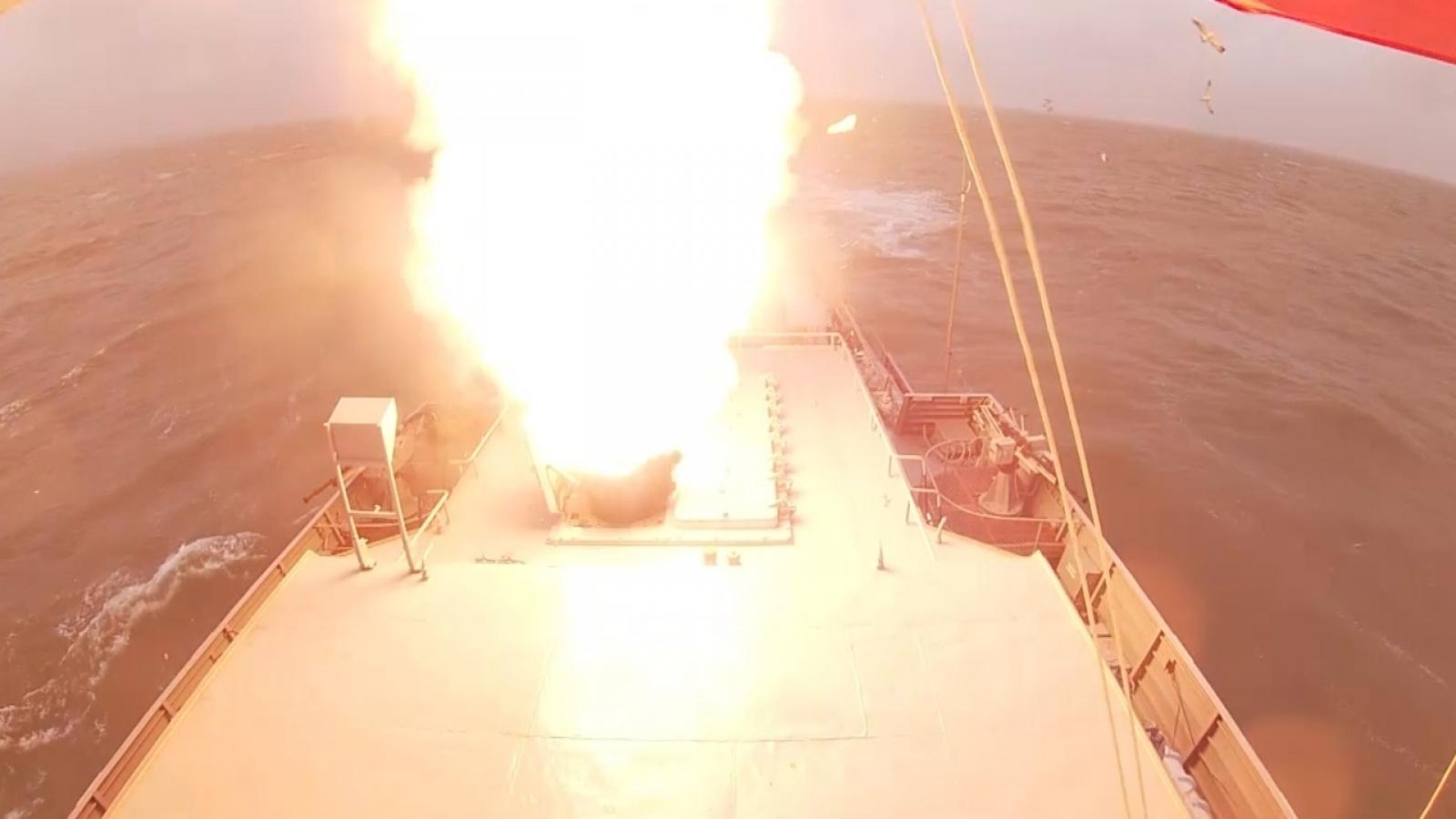 Video: Tàu hộ vệ tên lửa Nga phóng tên lửa Kalibr tiêu diệt mục tiêu trên biển Caspi